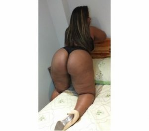 Guilhermine petite erotic massage in Lowell